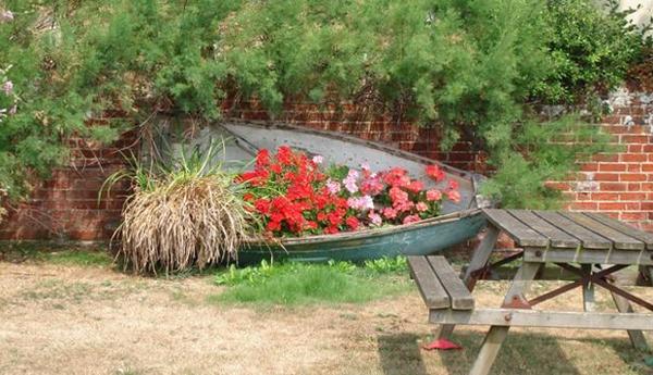 лодка в саду