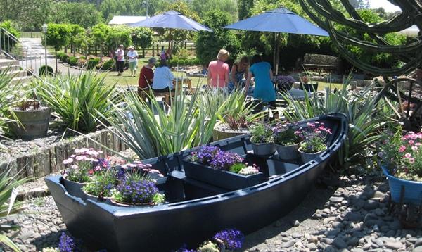 лодка с цветами
